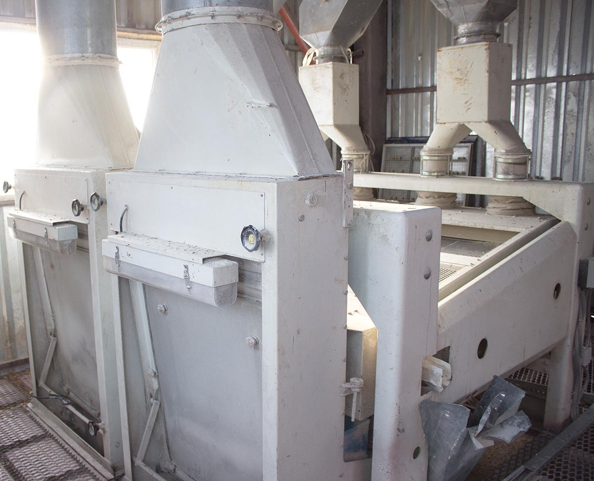 Фото встановленого сепаратора для очищення зернових продуктів на елеваторі