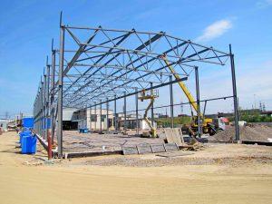 Фото монтажу ангарів з будівельних металоконструкцій, спорудження з допомогою будівельних кранів, спорудження великогабаритних конструкцій з металу.